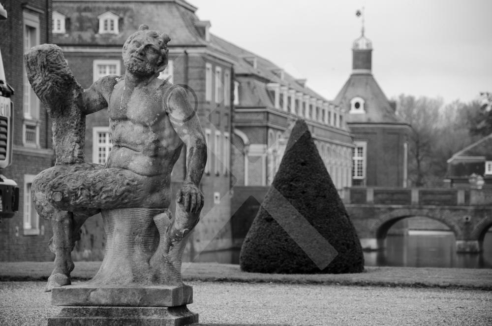 Unzählige Figuren beschützen das Schloss